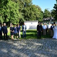 Freuen sich über ihr neues Logo: die Mitarbeiterinnen und Mitarbeiter des Bildungsguts Schmochtitz Sankt Benno. © Michael Baudisch