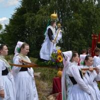 In der traditionellen Festtagstracht tragen sorbische Druschki eine geschmückte Marienstatue. © Michael Baudisch