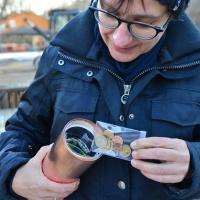 Veronika Paul aus dem Referat Bau des Bischöflichen Ordinariats beim Befüllen der kupfernen Zeitkapsel, die im Grundstein versenkt wurde. © Andreas Gäbler