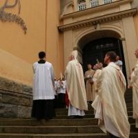 An der Außenseite der Kirche ist ein Bildnis des heiligen Christophorus angebracht worden, das Bischof Heinrich segnete. © Jochen Dinter