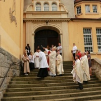 Segnung des neuen Bildnisses an der Außenwand der Kirche. © Jochen Dinter