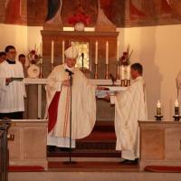 Bischof Heinrich übergibt Pfarrer Ralph Kochinka die neuen Kirchenbücher. © Jochen Dinter