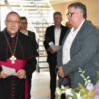 Bischof Ipolt gratuliert Tag-des-Herrn-Chefredakteur Matthias Holluba zum 25-jährigen Dienstjubiläum. © Raphael Schmidt