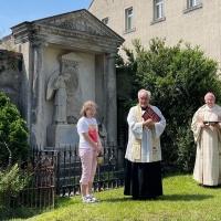 Bei der Segnung der restaurierten Grabanlage mit Bischof Heinrich (rechts) und Pfarrer Michael Dittrich (Mitte). © privat