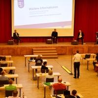 Aufgrund der strikten Corona-Bestimmungen waren die Teilnehmenden weit verteilt ins Chemnitzer Kongress- und Veranstaltungszentrum anstelle eines Pfarrzentrums eingeladen worden. © Michael Baudisch