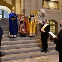 Die Sternsinger - begleitet von Diakon Frank und dem Weltkirchenbeauftragten des Bistums - überbrachten der Staatskanzlei den Segen für das neue Jahr. © Michael Baudisch