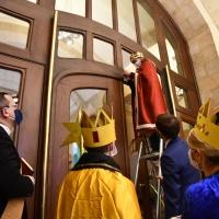 Guter Brauch: Die Drei Könige bringen ihre Segensformel über dem Hauptportal der Staatskanzlei an. © Michael Baudisch