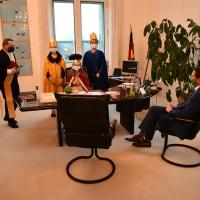Im Büro des Regierungschefs durfte Miriam (8) hinter dem Schreibtisch Platz nehmen. © Michael Baudisch