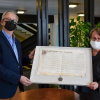 Restaurator Christoph Roth aus Leipzig und Diözesanarchivarin Dr. Birgit Mitzscherlich präsentieren die restaurierte Urkunde.