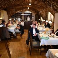 Im Sorbischen Restaurant Wjelbik in unmittelbarer Nähe des Domladens stellten die ehrenamtlich Engagierten den Bischöfen die vielfältigen Aktivitäten des Ökumenischen Domladens vor. Hier (links) Barbara Pohl, die Leiterin des Literaturcafés.