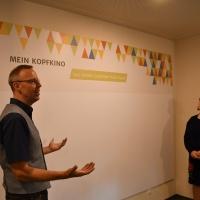 Auf vorbereiteten Flächen werden die Gäste ermuntert, selbst kreativ zu werden. Hausleiter Schubert stellt Oberbürgermeisterin Körner das Konzept vor.