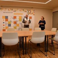 Die Architekten Christoph Hahn und Luise Mäbert in einem der neuen Besprechungsräume.