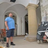 Hausmeister Jens Ritschel muss neben den Baumaßnahmen den regulären Betrieb des Hauses am Laufen halten. © Andreas Gäbler