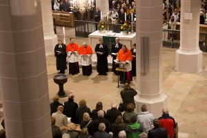 Mitglieder des katholischen Domkapitels mit evangelischen Geistlichen bei einem ökumenischen Gottesdienst in Bautzen 2015. © Foto: Bernd Heinze