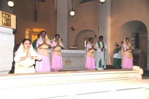 Tanzgruppe Nartyarpan tanzt das Vater unser im Gottesdienst © BO Ulrich Clausen