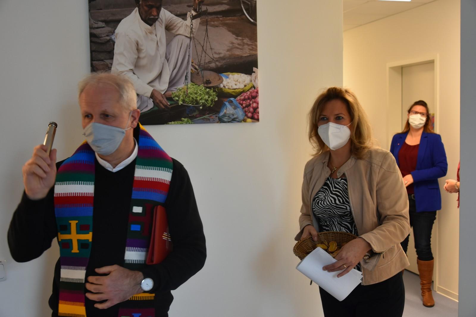 Dompfarrer Büchner segnet neue Dresdner Caritas-Geschäftsstelle